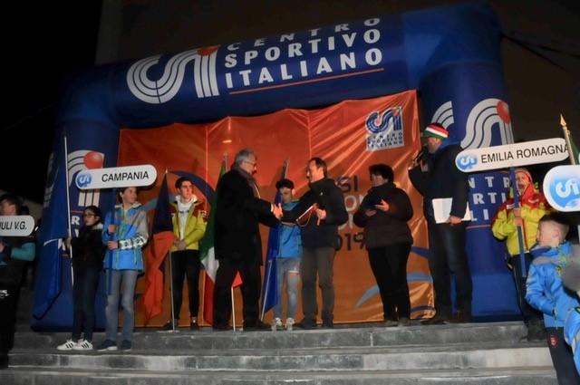 Mauro Santanera, presidente regionale piemontese CSI, durante la cerimonia di inaugurazione, consegna a Francesco Avato, sindaco di Bardonecchia, un ricordo del Campionato Nazionale CSI di sci alpino