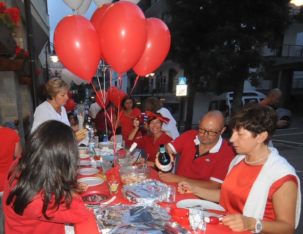Conviviale cena in bianco e rosso - Bardonecchia estate